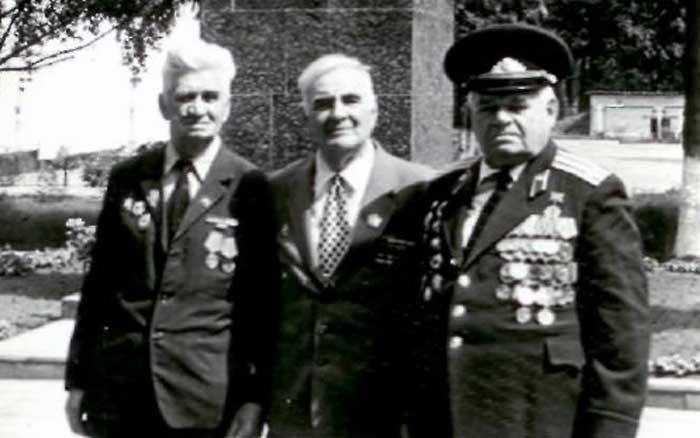фото Ветераны ВОВ и пограничных войск слева направо Фёдор Присяч, Григорий Обелевский, Александр Закурдаев
